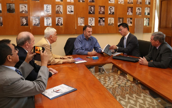 Ministro López Benítez recibió a uan comitiva de Técnicos